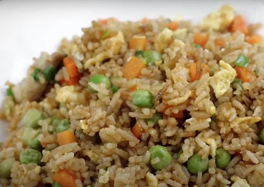Вкусный ужин с рисом и яйцами