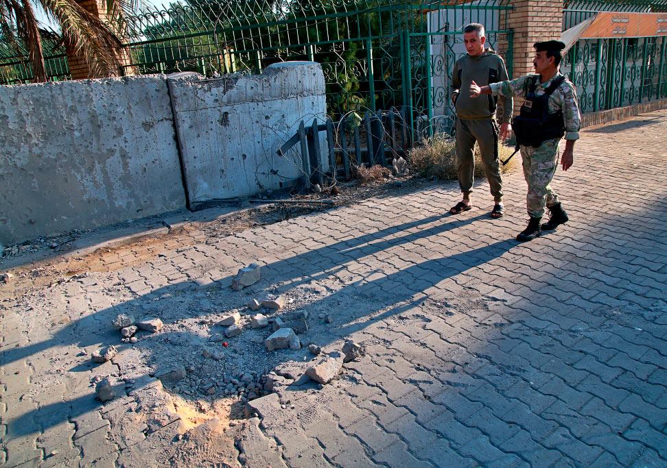 Осмотр места ракетного обстрела в Багдаде