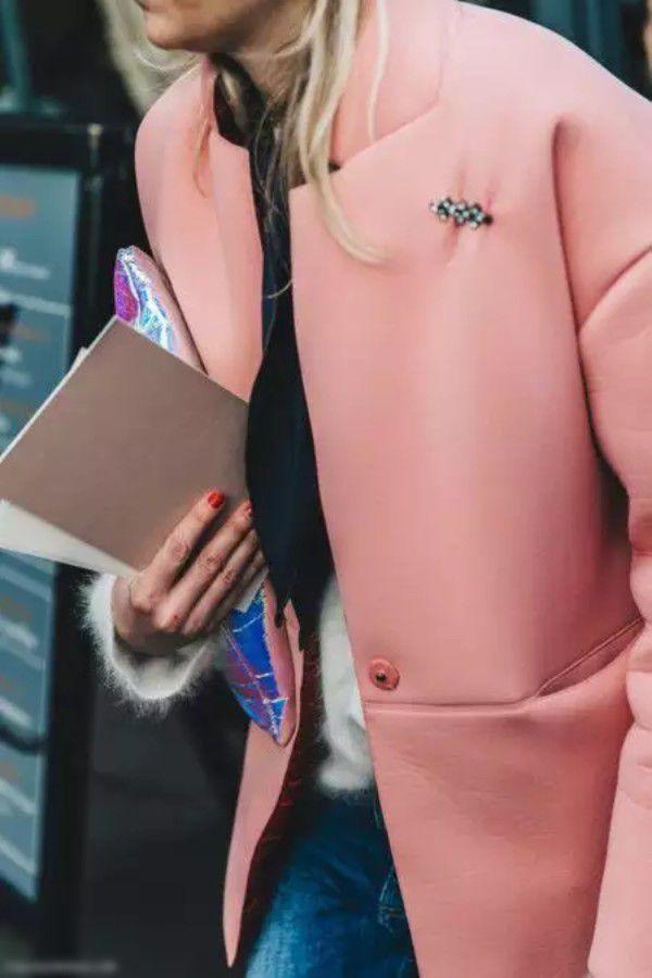 Броши на пальто — излишество или необходимость?