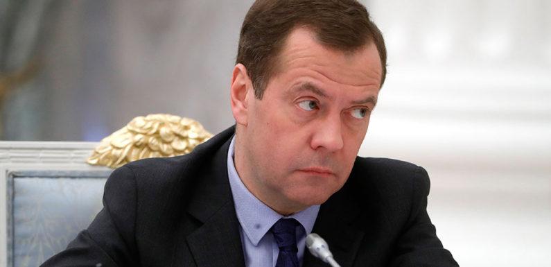 «Нам пора менять отношение к здравоохранению и образованию» — Медведев