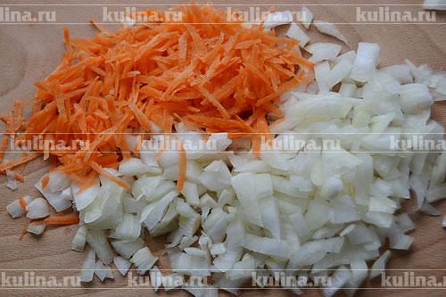Лук измельчаем ножом, а морковь - на терке с крупными ячейками.