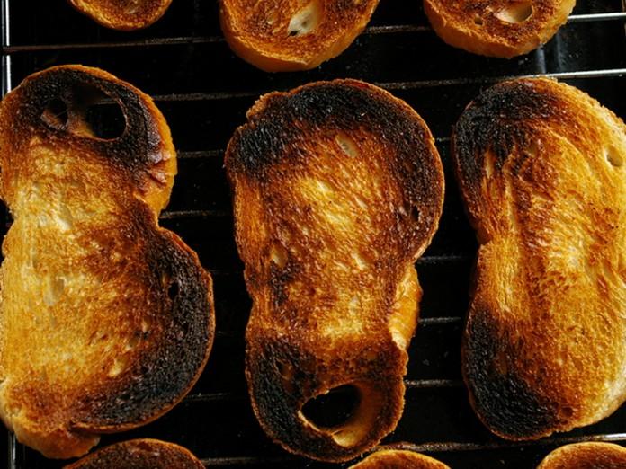 Жена извинилась за подгоревший тост. Ответ мужа бесценен!