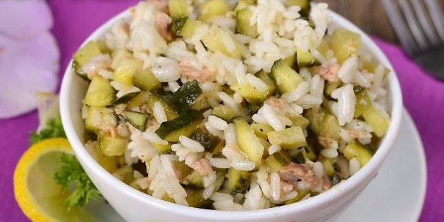Салат с рисом, тунцом и маринованными огурцами
