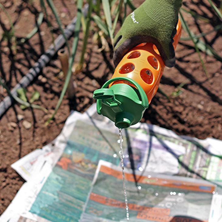 Помогает в борьбе с сорняками. При печати бумага впитывает в себя все элементы краски, которая убивает сорняки газета, крутые советы, переработка, полезные хитрости, фото, что можно сделать