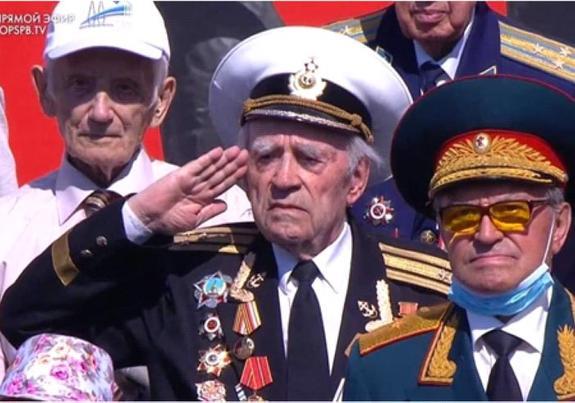 Ряженые на параде Победы. Ветераны с «липовыми» орденами стояли рядом с представителями власти