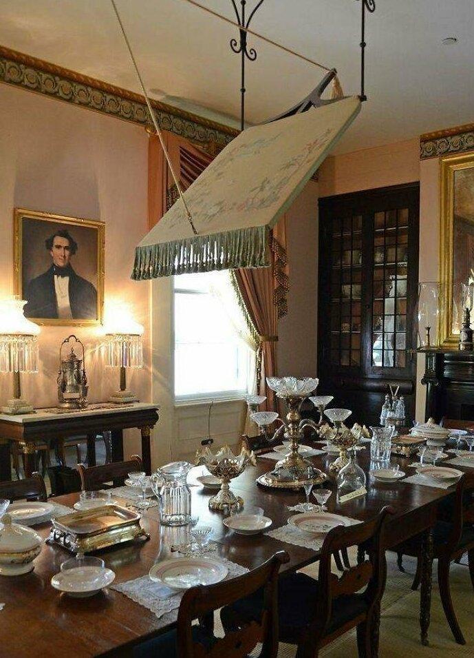 Осматривал дом на плантациях 1700-х годов. Что висит на потолке этой столовой? видео, загадка, интересно, интернет, люди, объяснение, помощь, фото