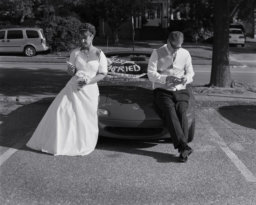 Фотограф удалил телефоны со снимков, чтобы показать, как мы далеки друг от друга