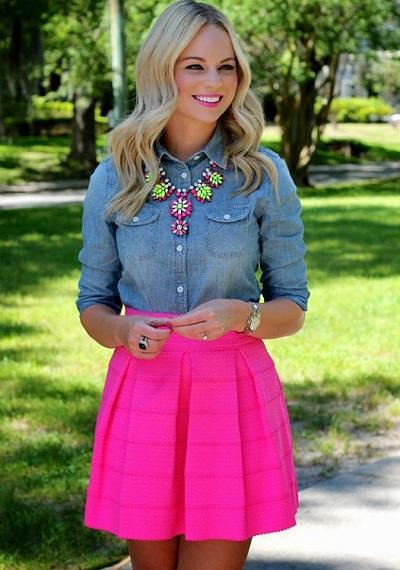 Девушка в джинсовой рубашке и короткой юбке
