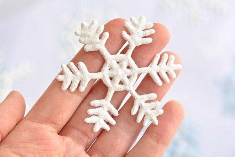 Снежинка-наклейка на окно. Медальоны с вышивкой (мастер-класс)