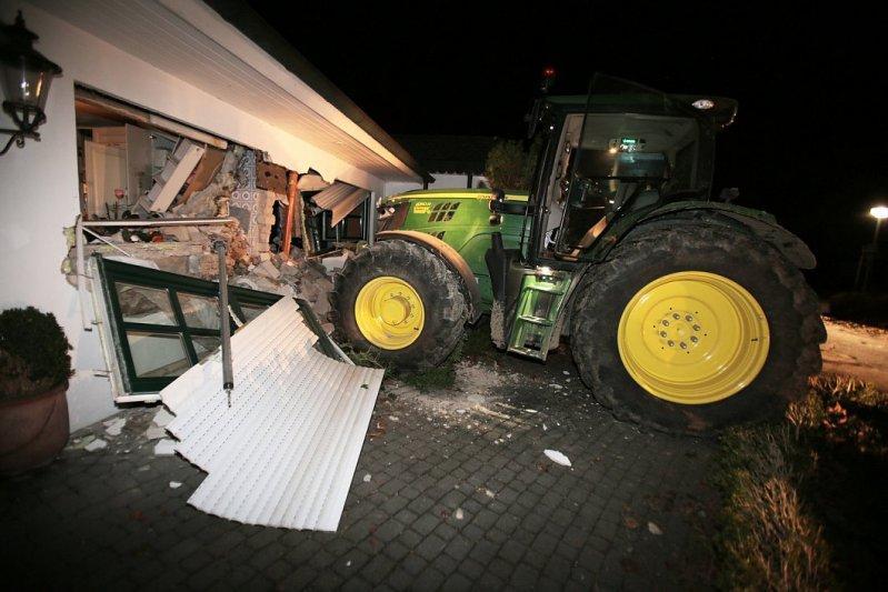 В Германии воры протаранили трактором дом и украли сейф