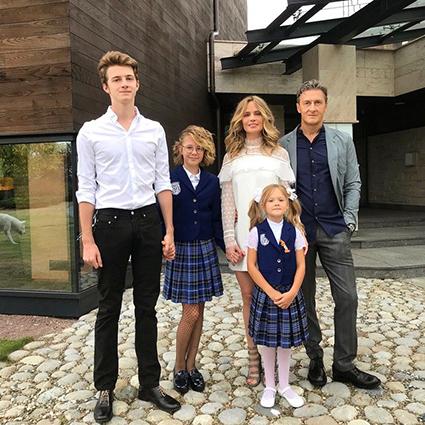 В семье Натальи Чистяковой-Ионовой пополнение: ее пасынок женился на американке Звездные дети