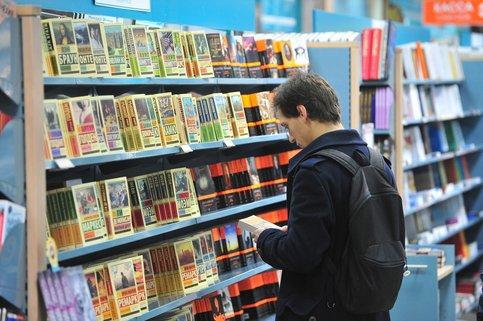 Однажды вечером зашёл в книжный магазинчик.
