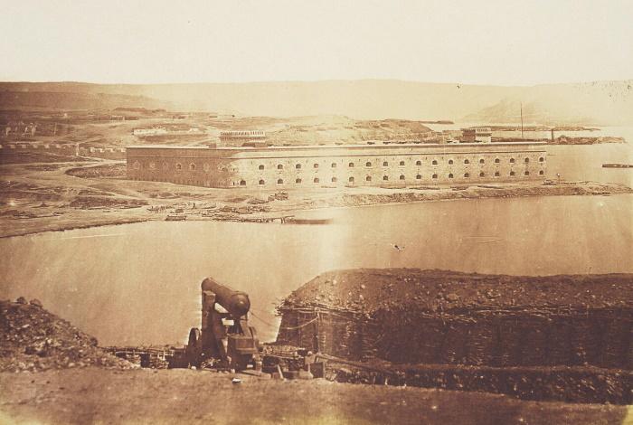 Михайловская береговая батарея на Северной стороне Севастопольской бухты. Фотография Джеймса Робертсона, 1855 год