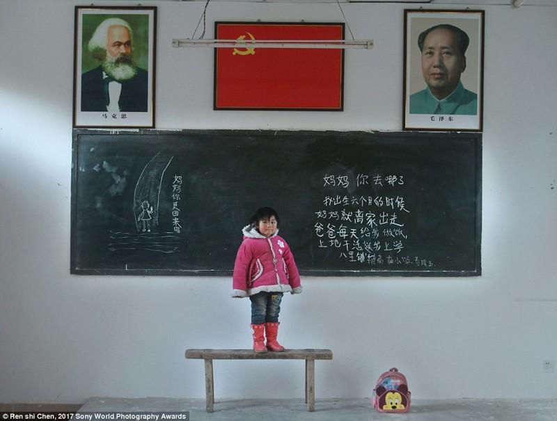 Ганьсу, китайская провинция. Эта девочка — одна из 61 миллиона детей в деревнях, которых бросили родители, чтобы переехать в город в мире, дети, жизнь