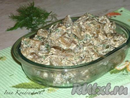Переложить баклажаны, жареные, как грибы, в салатницу и можно подавать на стол в горячем или холодном виде.