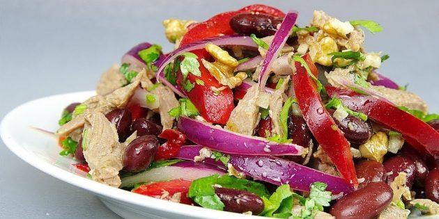 Салат с фасолью, говядиной, перцем и грецкими орехами