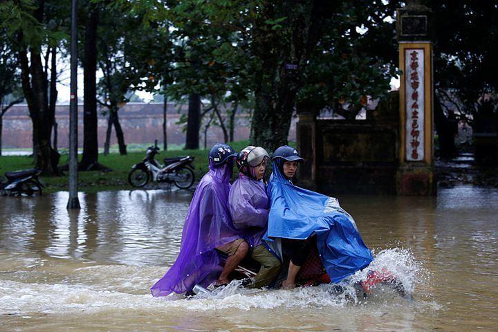 Жертвами тайфуна «Дэмри» во Вьетнаме стали 27 человек
