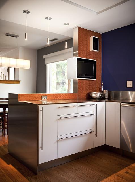 телевизор между кухней и гостиной