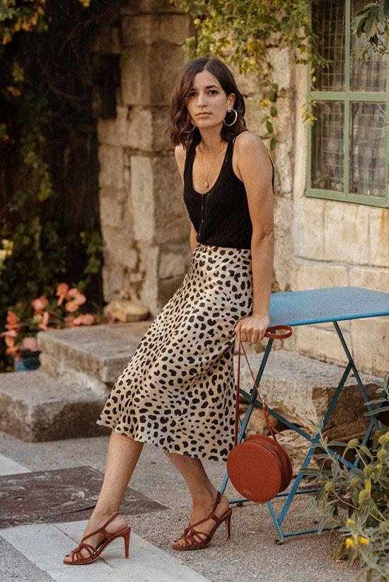 Стильная девушка в леопардовой юбке