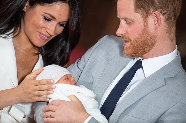 Видео дня: Меган Маркл и принц Гарри впервые показали новорожденного сына Монархии