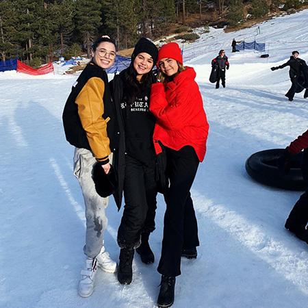 Все проблемы позади: Селена Гомес весело провела время с друзьями на снежных горках новости
