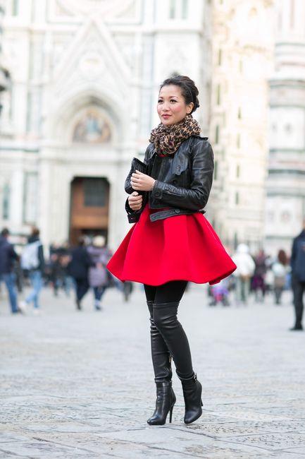 Девушка в высоких ботфортах и короткой, широкой юбке