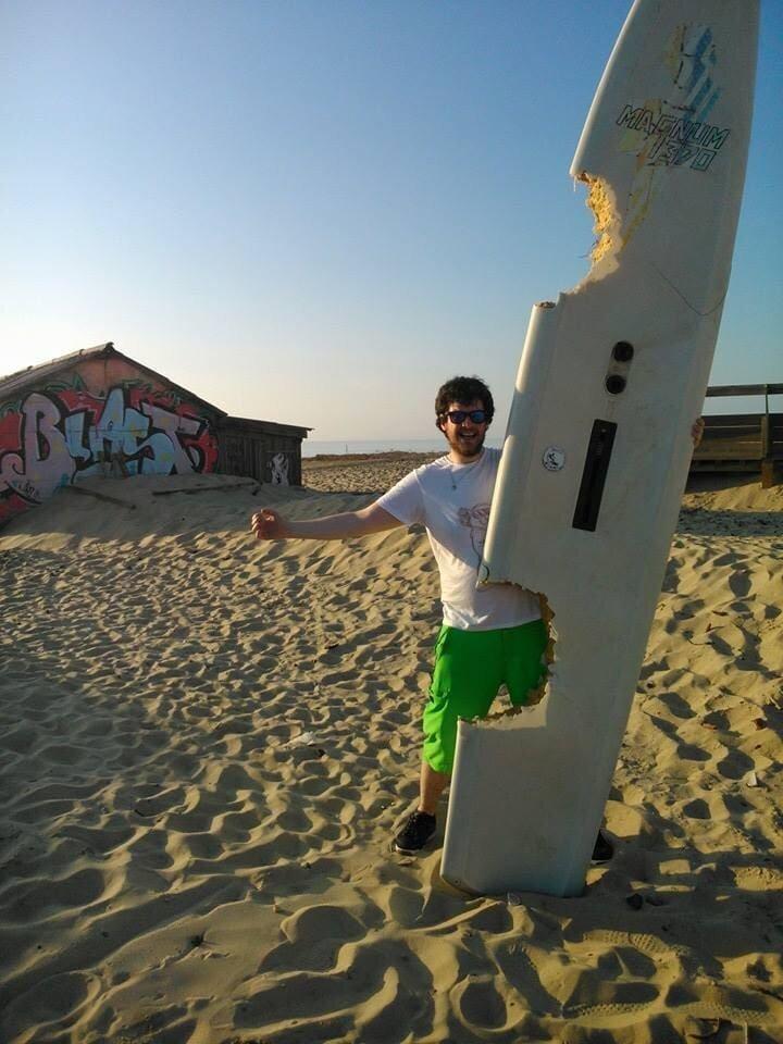 20. «Эту доску вымыло на берег, и на ней есть следы огромных укусов» в мире, вещи, интересно, находка, пляж, удивительно