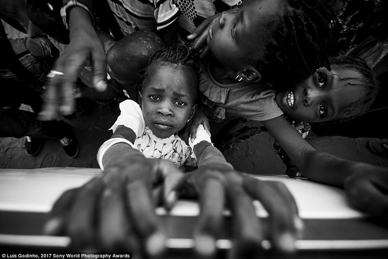 Сенегальские дети цепляются руками за окно автобуса в мире, дети, жизнь