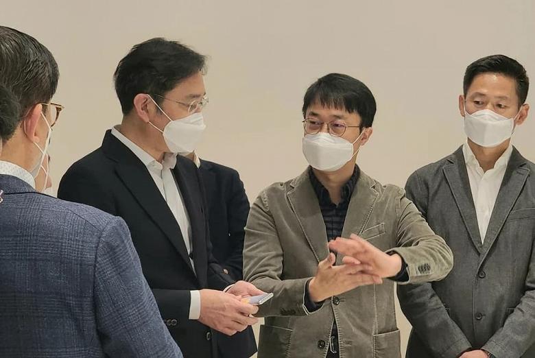 Samsung показала сворачивающийся смартфон вживую новости,смартфон,статья