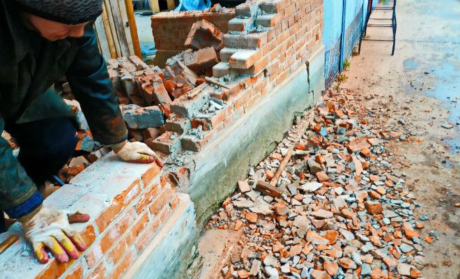 Мужчина целый год строил толстый забор из кирпича, вызывая смех соседей. Через месяц в поворот не вписался грузовик и смех прекратился