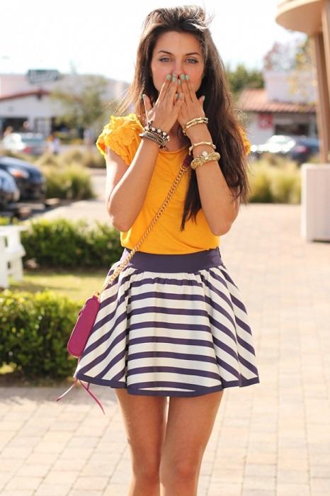 Девушка в полосатой юбке и футболке