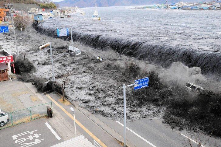 Волна цунами накрывает Мияко, Япония, 2011 катаклизмы, природа, растительность