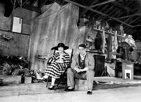 Пабло Пикассо и Ольга Хохлова в студии в Лондоне. Фото, 1919.