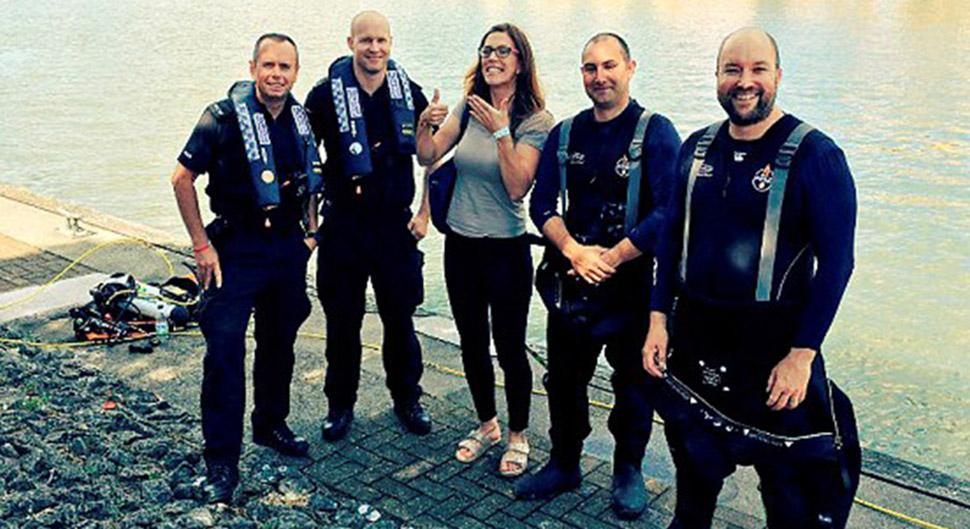 Полиция Бристоля не дала свадьбе сорваться, достав потерянное помолвочное кольцо со дна залива