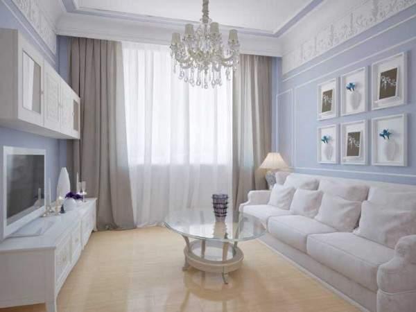 Светлый интерьер маленькой гостиной в частном доме в сиреневых тонах