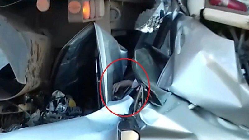 Водитель выжил в сплющенном грузовиками автомобиле аварии,авто и мото,автоновости,видео