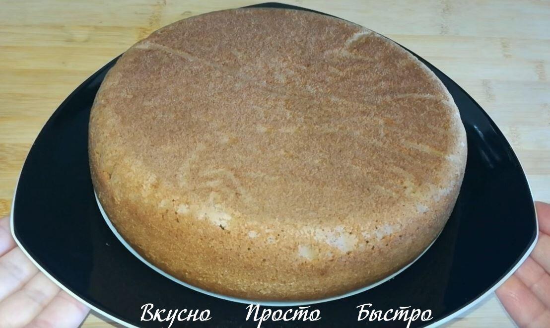 Бисквит также можно выпекать в разогретой до 180 градусов духовке. Готовность проверяйте деревянной шпажкой. Прокалываете бисквит шпажкой, если шпажка сухая, значит бисквит готов.