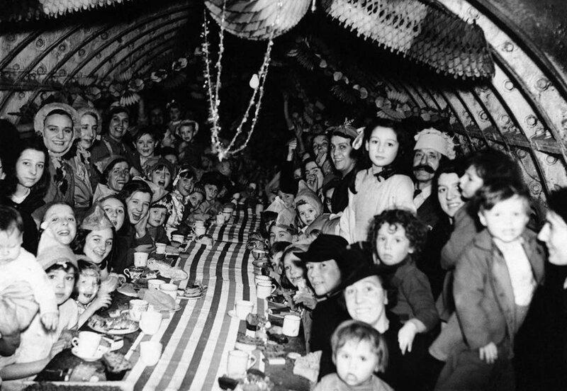 21. Мирные жители Лондона празднуют Рождество в бомбоубежище, 25 декабря 1940 года интересно, исторические фото, история, ностальгия, фото