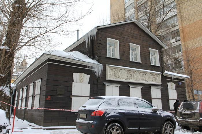 Один из немногих сохранившихся в Москве деревянных домов. /Фото:sergeybond.livejournal.com