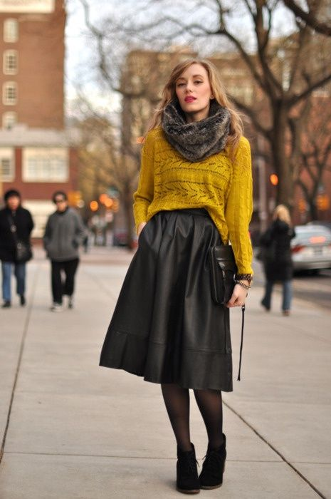 Девушка в юбке миди и свитере оверсайз