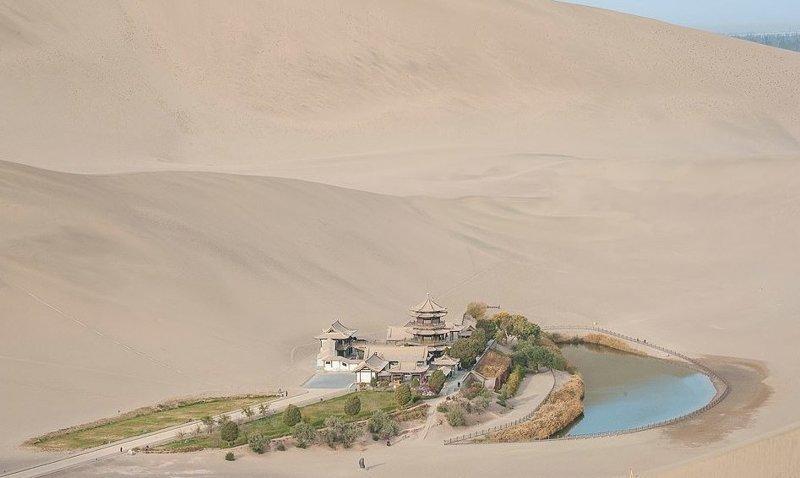 Оазис полумесяца посреди пустыни в округе Дуньхуан существует уже 2000 лет виды, города, китай, красота, необыкновенно, пейзажи, удивительно, фото