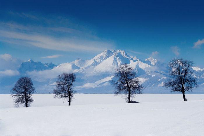 Горы и равнины, которые засыпаны снегом, образуют теплое покрывало.