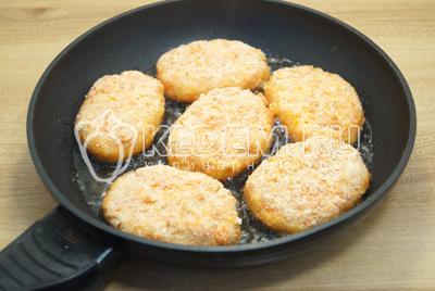 Обжарить на сковороде с растительным маслом с двух сторон, по 3-4 минуты на среднем огне.