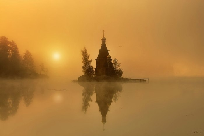Русская церковь сказочной красоты, построенная на острове-скале