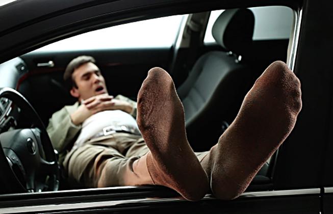 Муж заснул в машине, и услышал странный диалог жены с гаишником