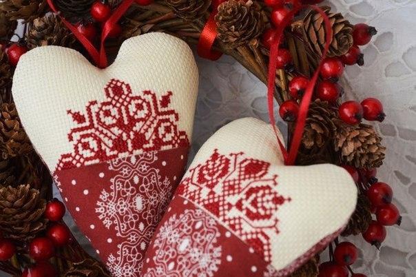 Новогодняя вышивка. Сердечки в стиле тильда.Вязаные елочные шары
