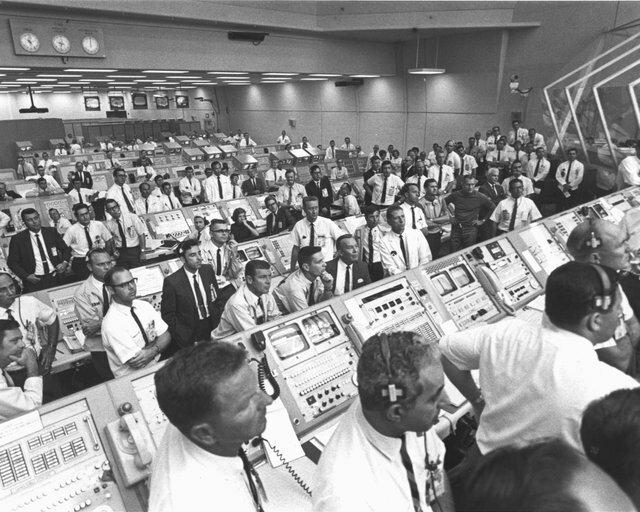 """12. Люди наблюдают, как астронавты """"Аполлон-11"""" поднимаются со стартовой площадки во время запуска 16 июля 1969 года интересно, исторические фото, история, ностальгия, фото"""