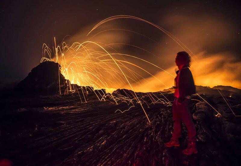 Фото с выдержкой около кратера активного вулкана Эрта-Але. Фото: Майк Коростелев (Mike Korostelev: Getty) безжизненное место, вулканы, интересное, фотографии