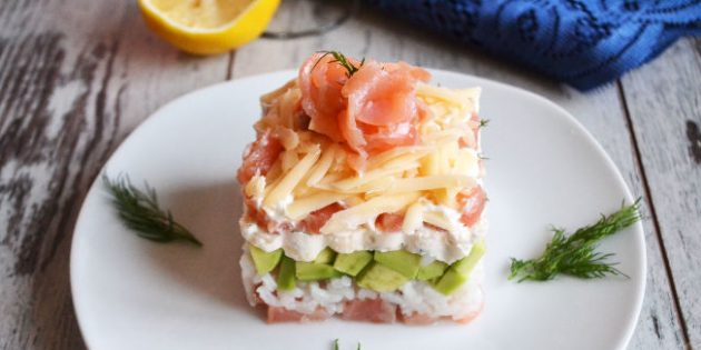 Слоёный салат с рисом, сёмгой, авокадо и сыром