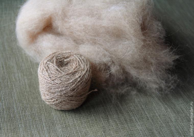 Прядение собачьей шерсти на деревянной прялке